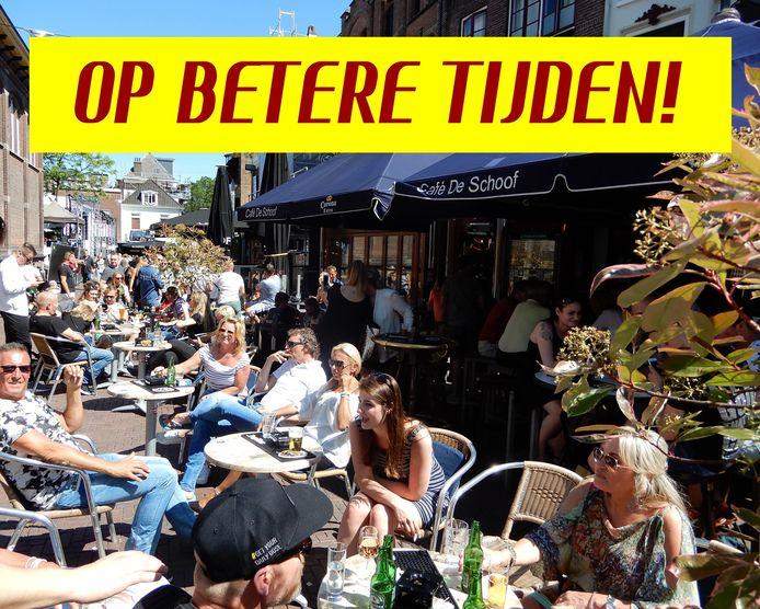 Café De Schoof in Arnhem wenst hun gasten betere tijden toe met een foto van hoe het ooit was, voor de uitbraak van corona.