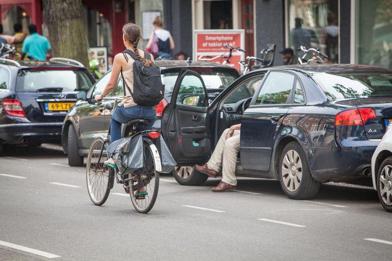 'Met name de wegen in de stad met druk autoverkeer en waar de fietser op een fietsstrook is aangewezen, zijn riskant' Beeld Floris Lok