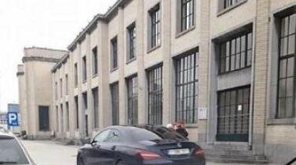 Auto's rijden over voetpaden aan station
