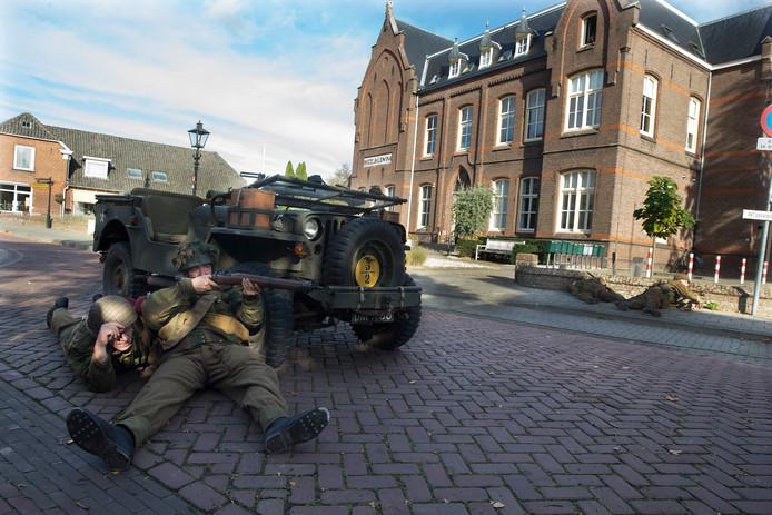 'Soldaten' op het dorpsplein in Etten in oktober 2019, als opmaat voor het openluchtspel over 75 jaar bevrijding.