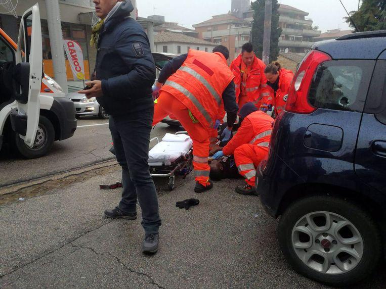 Hulpdiensten verzorgen een van de mannen is neergeschoten.