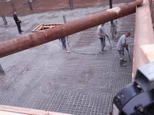 Eindeloze rij betonmixers lost lading in bouwput aan de Spoorlaan in Oss