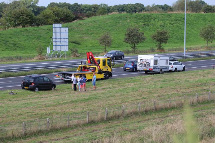 De auto's worden geborgen na het ongeval op de A73.