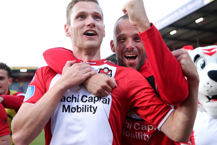 Tim Siekman en Anco Jansen vieren feest na de winst op FC Utrecht.