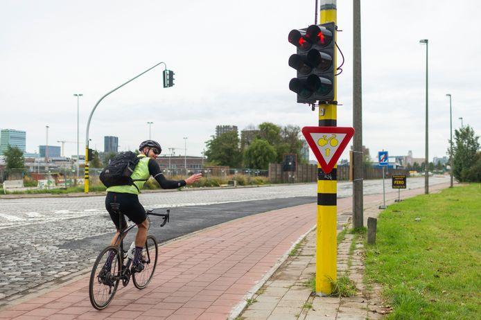 Antwerpen heeft zijn eerste 'rechtdoor door rood'-bord voor fietsers op zijn grondgebied.
