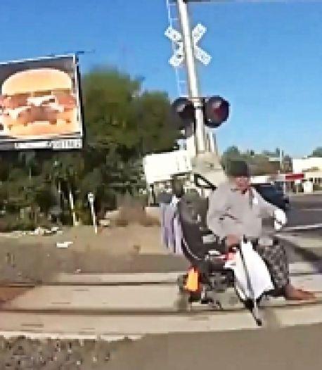 Une policière sauve la vie d'un homme en fauteuil roulant coincé sur les rails