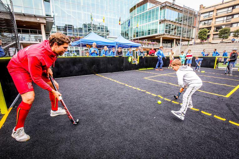 Archieffoto: een demonstratie streethockey met Vincent Vanasch voor het gemeentehuis in Koksijde.