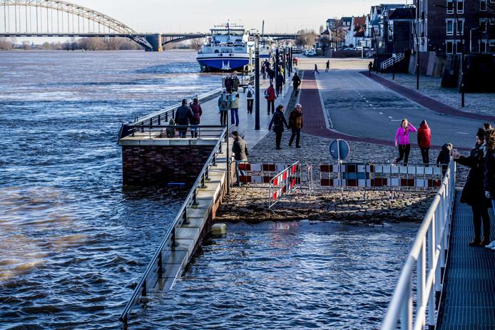 Hoogwater bij de Waalkade, Nijmegen.