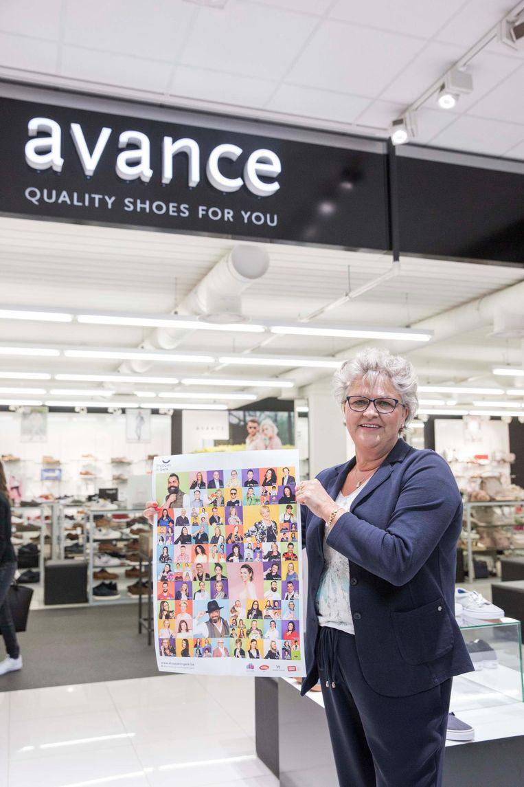 Nicole Baeten van schoenenwinkel Avance toont de affiche met de handelaars op.