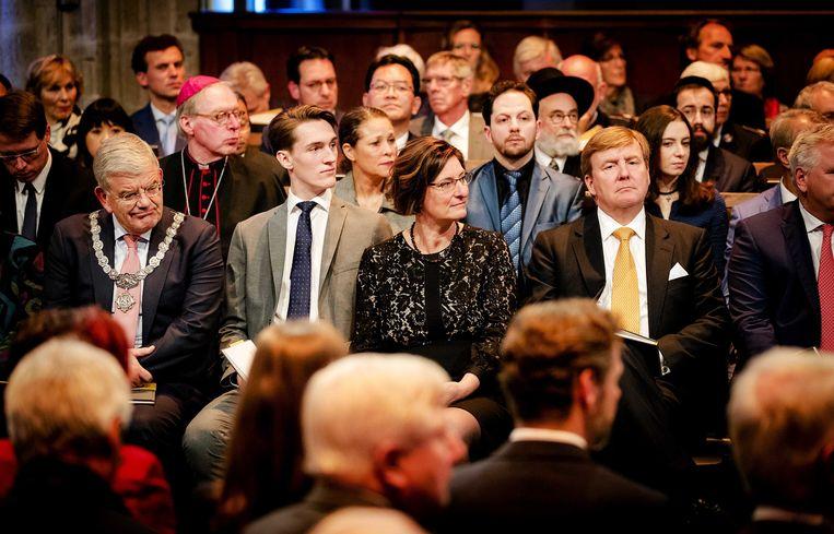 De Utrechtse burgemeester Jan van Zanen (links) en koning Willem-Alexander woonden vanavond in de Domkerk de herdenking bij.  Beeld ANP