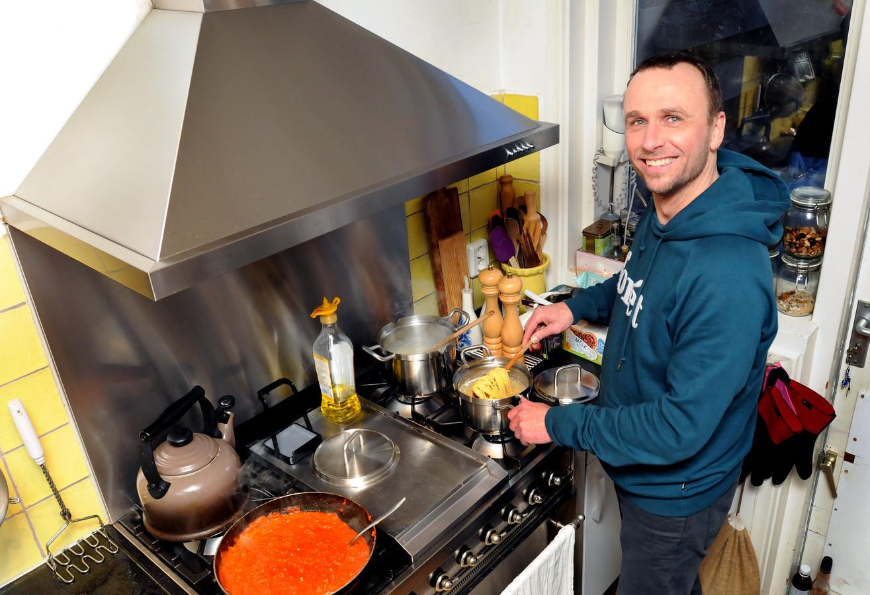 """Ray van Uffelen vindt zichzelf geen keukenprins. ,,Als mijn vrouw niet kan dan draaf ik op, maar mijn hobby is het niet."""""""