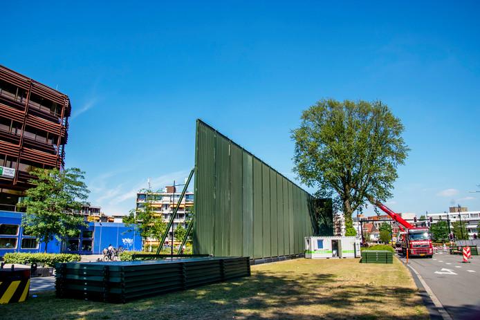 Maandag werd in Tilburg gebouwd aan een geluidswal om het festivalterrein.