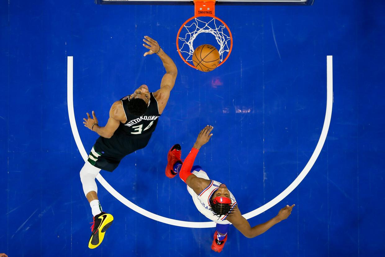 Giannis Antetokounmpo, links, tegen Josh Richardson, rechts, tijdens de eerste helft van een NBA wedstrijd in Philadelphia, de Verenigde Staten. Beeld AP