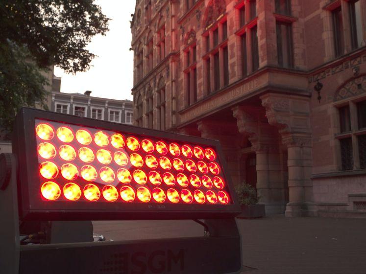 Rood licht kleurt gebouwen evenementensector