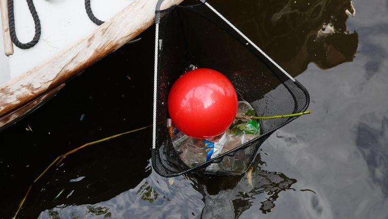 The Great Bubble Barrier denkt een oplossing te hebben voor plastic afval in de grachten. Beeld anp