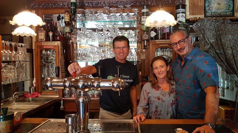 Cafébaas Marc Moonen met de nieuwe uitbaters Anja Wouters en Rudy Leysen.