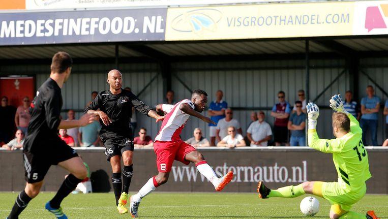 IJsselmeervogels speler Robbert Olijfveld scoort de 4-3 onder de Dijk speler Roy Pistoor door Beeld Proshots