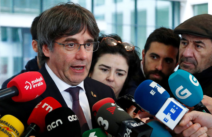 Carles Puigdemont praat met de media in Brussel.