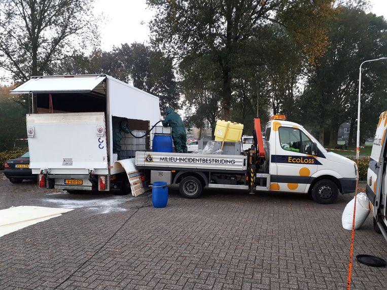 Een busje dat dinsdag vol drugsafval in de Nijmeegse woonwijk Weezenhof was neergezet, wordt woensdag schoongespoten.  Beeld DG