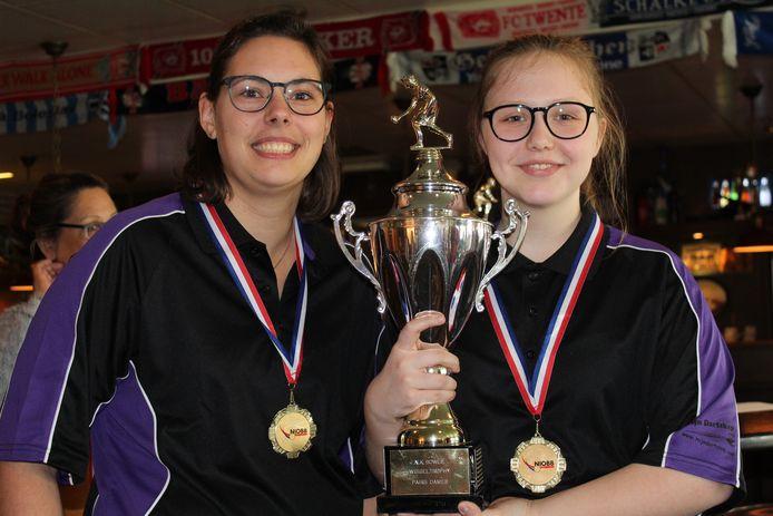 Nationaal kampioenen Mariska Nagtzaam en Britt Kamphuis (rechts) met de beker die ze wonnen op het NK Pairs in Enschede.