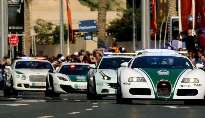 Politie Dubai Breekt Wereldrecord Met Snelste Politiewagen Ooit