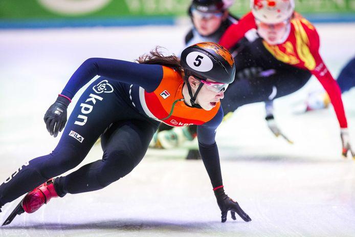 Suzanne Schulting tijdens de 1500 meter heats op het WK shorttrack schaatsen in Ahoy (2017).