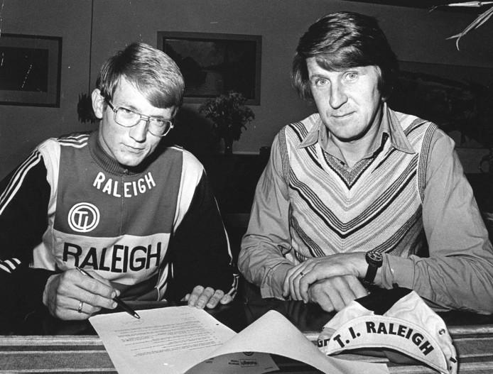 1974: Jan Raas tekent een profcontract bij Raleigh. Rechts ploegleider Peter Post.