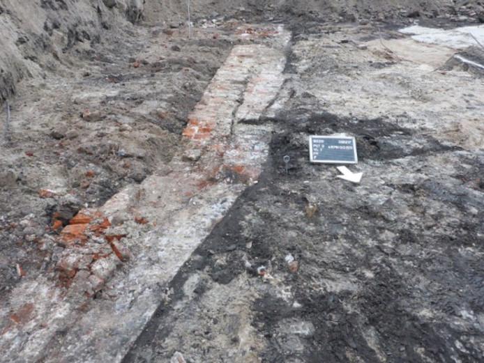 De gevonden bakstenen kademuur van de Binnendieze.