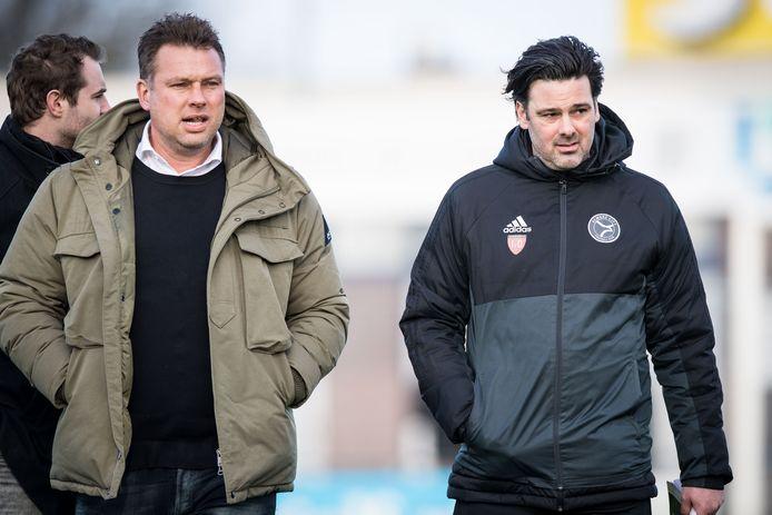 Ivar van Dinteren (rechts) als trainer van Jong Almere City.