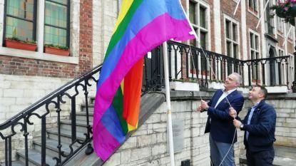 Burgemeester De Graef hijst regenboogvlag boven stadhuis