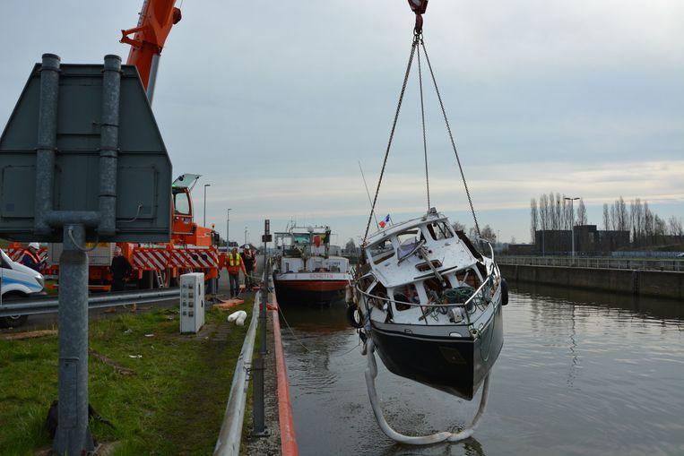 De verhakkelde boot werd met een kraan uit het water gehesen.
