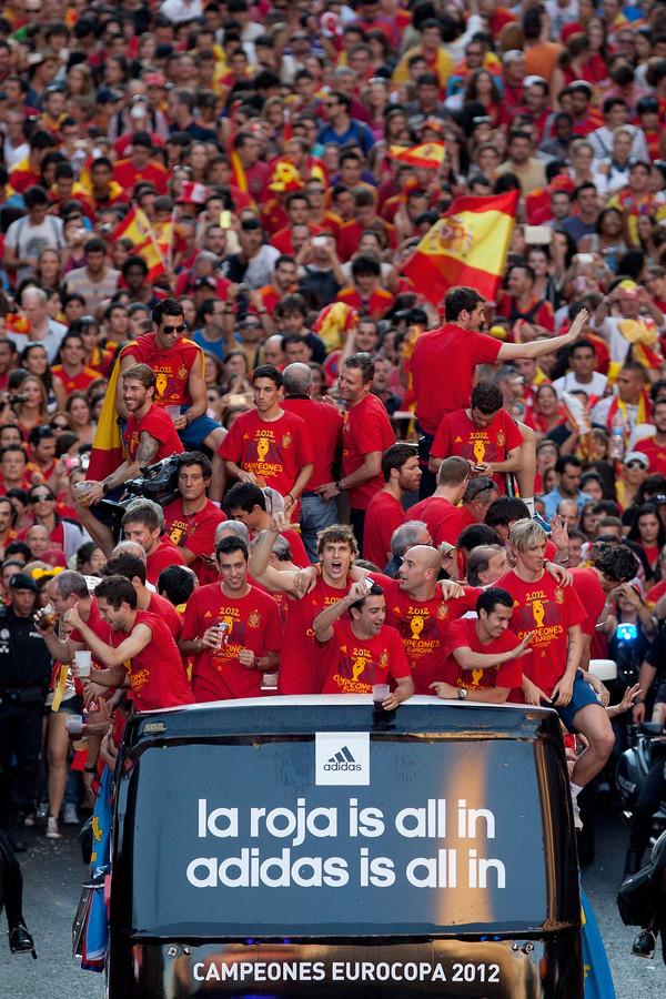 De nationale ploeg van Spanje viert in Madrid het binnenhalen van de Europese titel.