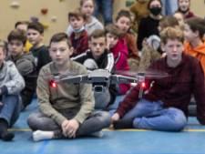 Vliegles in Holten met uitleg van Jeremy Clarkson: 'Kan niet wachten dronepiloot te worden'