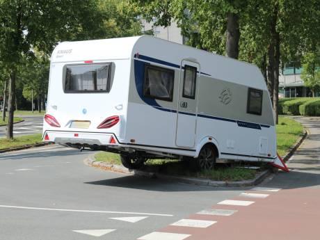 Caravan schiet los en klapt op verkeersbord Derde Werelddreef Delft