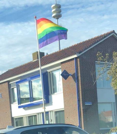 Irritatie op Urk over regenboogvlag bij politiebureau: 'Heeft ons verdriet gedaan'