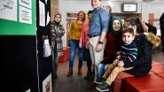 Anderstaligen exposeren Nederlandstalige gedichten in gemeentehuis