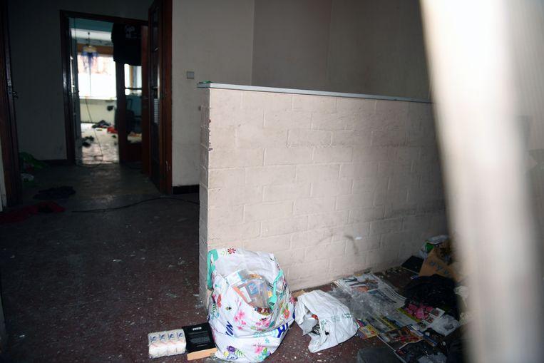 Een dronken vandaal heeft een huis gekraakt aan de achterkant van het Leuvense station. Sommige buurtbewoners durven daardoor maar moeilijk hun huis uit en dus vragen zij de politie en de stad om maatregelen.