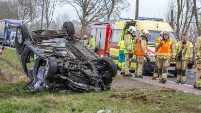 Auto botst frontaal met vrachtwagen: twee slachtoffers in levensgevaar