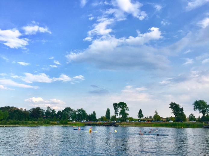 Beelden van de eerste zwemvierdaagse in open water, vorig jaar in Emmeloord.