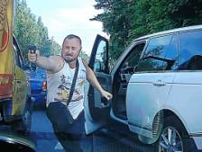 Un automobiliste énervé sort une arme et tire à plusieurs reprises