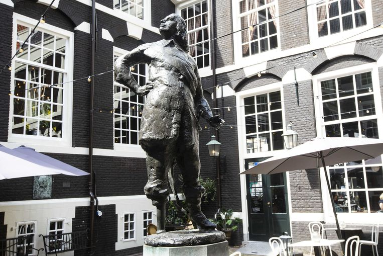 Een standbeeld van Peter Stuyvesant op de binnenplaats van het West Indisch Huis. Beeld ANP