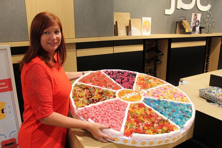 Kelly Clevers trakteert alle klanten: iedereen mag van de grote snoeptaart proeven.