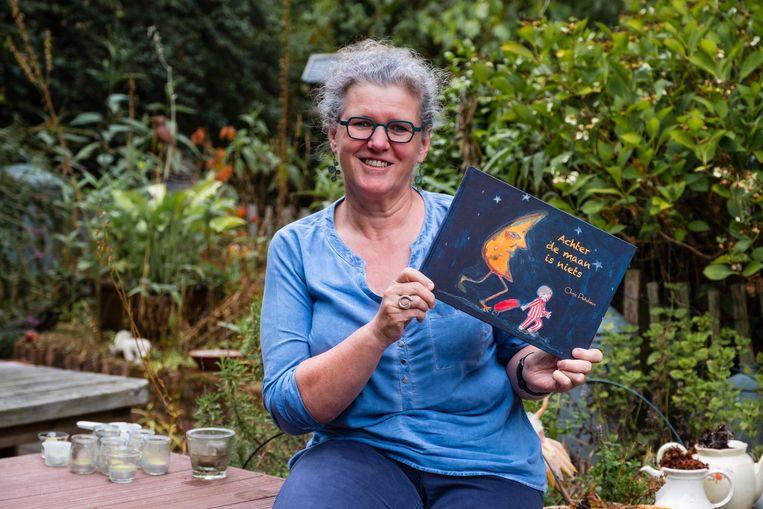 Chris Perdieus met haar boek 'Achter de maan is niets'.