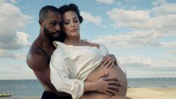 Hoogzwangere Ashley Graham voor het eerst solo covermodel Amerikaanse Vogue