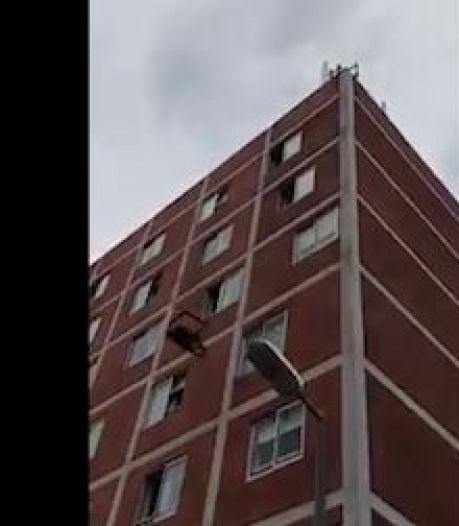 Surréaliste: il balance ses meubles par la fenêtre du sixième étage sur la route