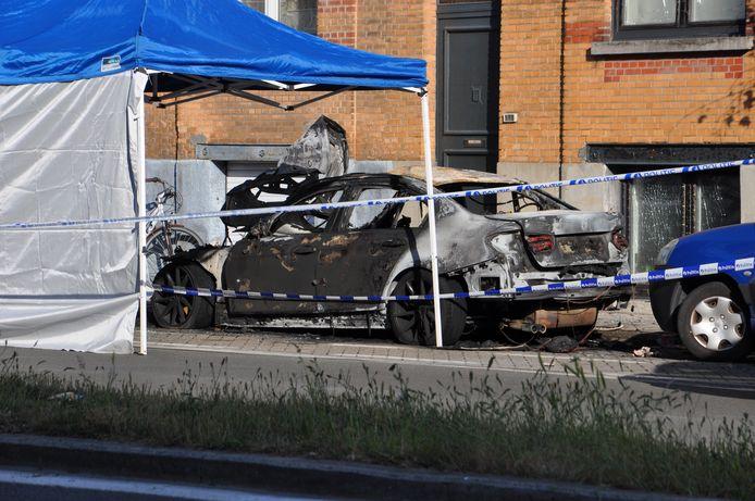 De wagen op de Rooigemlaan brandde volledig uit.