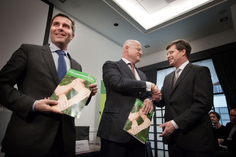 Jan Peter Balkenende, Ferdinand Grapperhaus (voorzitter programmacommissie) en CDA-voorzitter Peter van Heeswijk presenteren het conceptverkiezingsprogramma 'Slagvaardiger en samen' in 2011. Beeld null