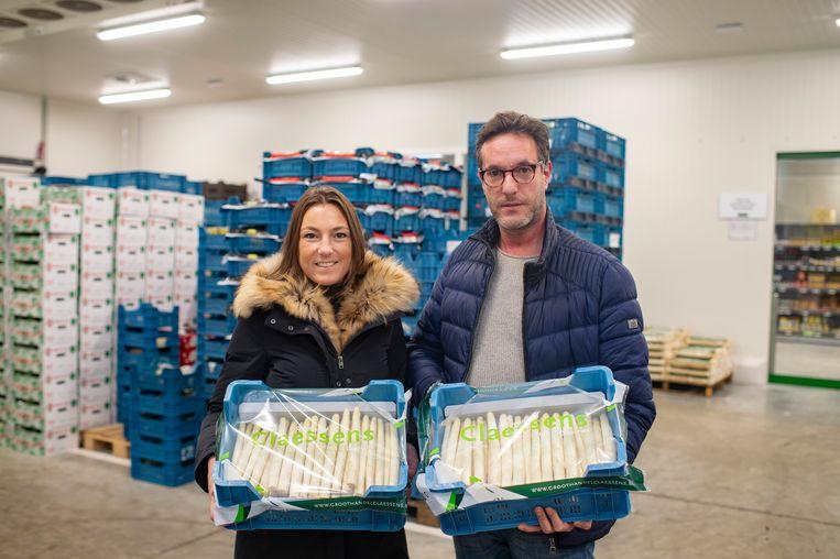 De eerste asperges zijn er al, bij groothandel Claessens. Links Stephanie Schippers (junior account manager), rechts Patrice Custers (verantwoordelijke aankoop)