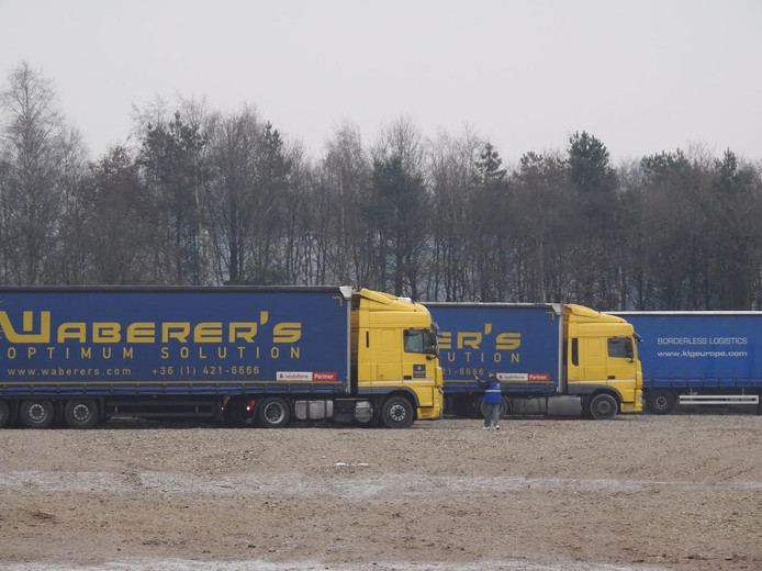 De geparkeerde vrachtwagens
