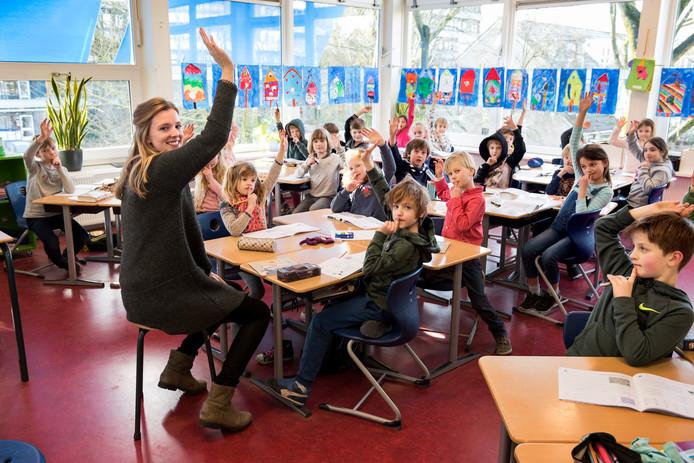De klas van juf Janske op basisschool De Beiaard is veel voller dan normaal omdat ze een aantal leerlingen van zieke collega's in de klas heeft.